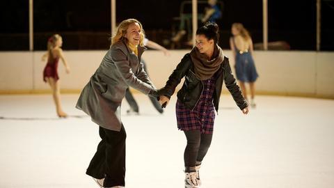 Die blinde Anwältin Romy Heiland (Christina Athenstädt, l.) und ihre Assistentin Ada (Anna Fischer, r.) haben mittlerweile auch in ihrer Freizeit zusammen Spaß - hier beim Eislaufen.