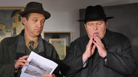 Kommissar Geiger (Peter Heinrich Brix, li.) ist Pfarrer Braun (Ottfried Fischer) wieder einmal eine große Hilfe.
