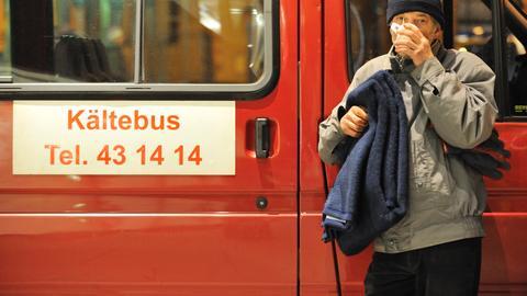 """Der obdachlose Otto steht in Frankfurt am Main am """"Kältebus"""" des Vereins für soziale Heimstätten und trinkt eine Tasse Tee"""