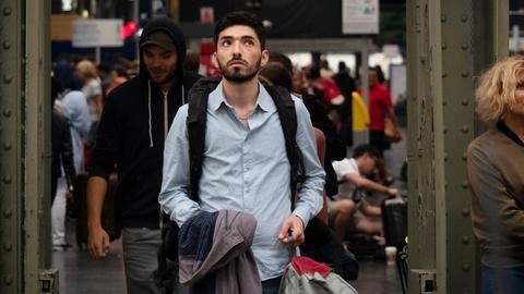 Bassam (Adnan Jafar) ist nach Paris gefahren, um seinen Onkel zu treffen und sich mit der Vergangenheit auseinanderzusetzen.