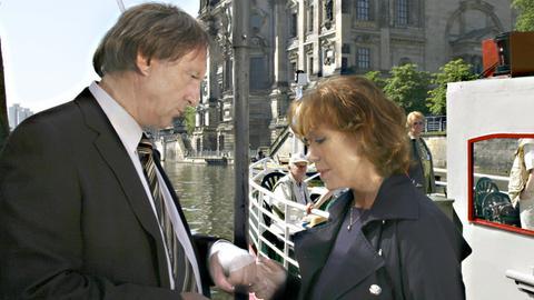 """strid Wünsche (Gaby Dohm) inspiziert die Verletzung ihres """"Retters in der Not"""" Albert Marquard (Günther Maria Halmer)."""
