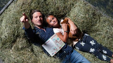 Georg Leitner (Thomas Unger, li.) möchte, dass seine Tochter Lea (Lilly Kiara Walleshauser) bei ihm aufwächst.