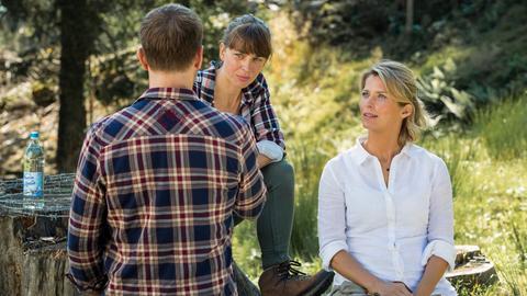 eonie (Valerie Niehaus, re.) mietet sich auf dem Bergbauernhof von Marie Huber (Catherine Bode) ein.