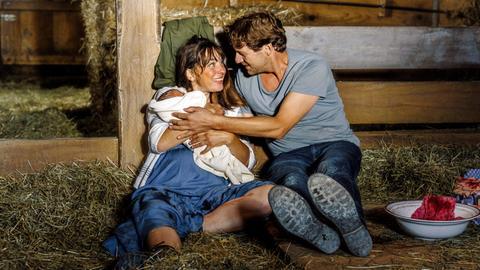 Hausgeburt im Stall: Marie Huber (Catherine Bode) und Georg Leitner (Thomas Unger) haben ihr Baby bekommen.