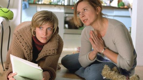 Conny (Suasnne Schäfer, re.) erzählt ihrer besten Freundin Irina (Valerie Niehaus) von den mannigfaltigen Problemen des Haushaltswesens.