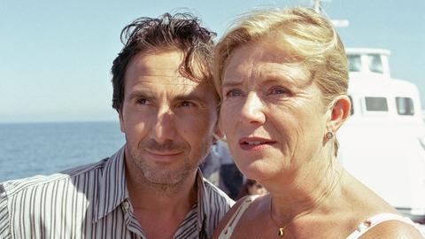 m Barbara (Jutta Speidel, li.) eifersüchtig zu machen, flirtet Enrico (Bruno Maccallini) hemmungslos mit ihrer Tochter Freddy (Bernadette Heerwagen).