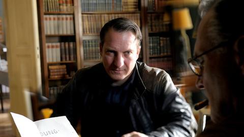 Willibald Adrian Metzger (Robert Palfrader, li.) lädt seinen ehemaligen Lehrer, Professor Eder (Bernhard Schir) zu einem Klassentreffen ein.
