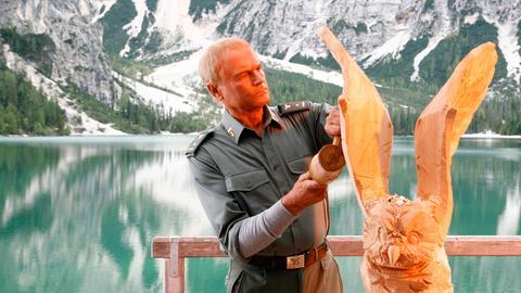 ietro (Terence Hill), seit dem tragischen Bergunfall seiner Frau verwitwet, lebt allein in einer Blockhütte am Pragser Wildsee. Die Bildhauerei ist sein Hobby und hilft ihm beim Nachdenken.
