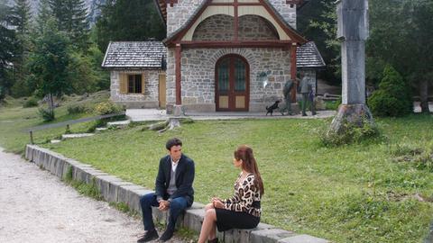 Kommissar Vincenzo (Enrico Ianniello) hat seiner Verlobten Marcella (Valentina d'Agustino) einen Heiratsantrag gemacht. Aber die Aussicht ihr ganzes Leben in Innichen zu verbringen, ernüchtert die temperamentvolle Neapolitanerin. So hat sie sich das nicht vorgestellt.