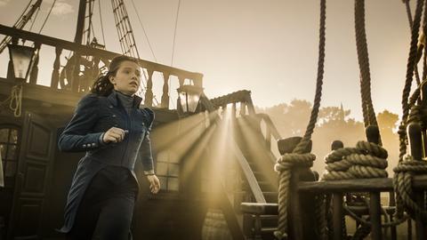 lisa (Anastasia Martin) läuft zur Rettung Hindriks durch die Sonne.