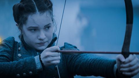 Alisa (Anastasia Martin) bereitet sich auf den Kampf gegen die Rotmasken vor.