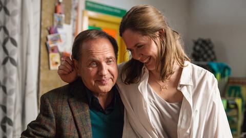 Wolfram (Uwe Ochsenknecht) versucht seiner Geliebten Lena (Emily Cox) klarzumachen, dass seine neue Position Entscheidungen erfordert und eine davon auch sie betrifft. Komischerweise scheint Lena gar nicht so furchtbar getroffen.