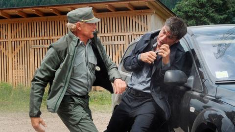 Forstkommandant Pietro (Terence Hill) setzt seine Rechte gezielt ein, um den Kidnapper außer Gefecht zu setzen.