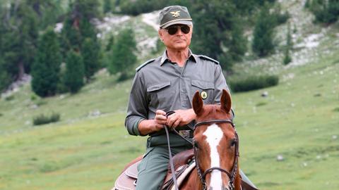 Forstkommandant Pietro (Terence Hill) ist in seinem Revier rund um Innichen unterwegs. Der alte Marco Adami ist spurlos verschwunden, dabei kennt der Umweltschützer den Wald wie seine Westentasche.