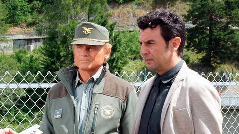 Pietro (Terence Hill, links) und Kommissar Vincenzo (Enrico Ianniello) ermitteln im Fall einer ermordeten Anwältin aus Meran. Der Verdacht keimt auf, diese habe etwas über das Verschwinden von Nataschas Sohn gewusst.