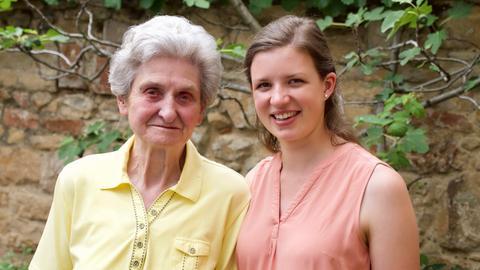 Oma Sigrid und Enkelin Laura.