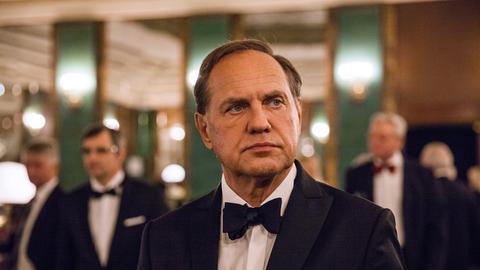 Eigentlich zu einem freudigen Abend bei einer Preisverleihung in die Hauptstadt gereist, hat Wolfram (Uwe Ochsenknecht) sich mal wieder in eine unmögliche Situation gebracht.