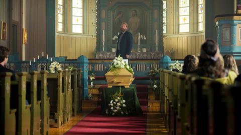 Eric (Kristofer Hivju) nimmt Abschied von seinem Zwillingsbruder, dessen Identität er angenommen hat.