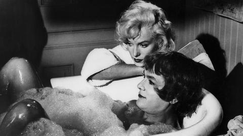 """Sugar (Marilyn Monroe) ahnt nicht, dass die """"Kollegin"""" in der Badewanne in Wirklichkeit Joe (Tony Curtis) heißt und ein Mann ist."""