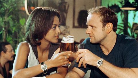 Carol Reeding (Dennenesch Zoudé) mit ihrem Kollegen Robert Grosche (Oliver Stokowski).