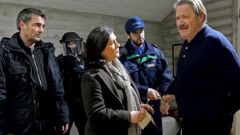 In der Schweiz nimmt Klara Blum (Eva Mattes) mit Unterstützung ihrer Kollegen Flückiger (Stefan Gubser, links) und Bachofen (Martin Rapold, 2.v.r.) den Waffenhändler Meiners (Michael Brandner, rechts) fest.