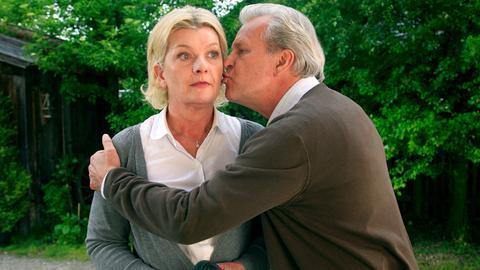 Mit dem Küssen seiner angeblichen Freundin Anna Maria (Saskia Vester) tut Leander (Peter Sattmann) sich noch etwas schwer.