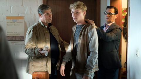 ls Leon (Bruno Alexander, M.) zu fliehen versucht, finden die Kommissare Finn (Sven Martinek, l.) und Lars (Ingo Naujoks, r.) den Schmuck der Ermordeten in seiner Tasche.