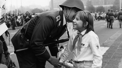 """""""Friedenssoldaten"""" – so präsentierte die DDR-Propaganda ihr Militär. (Archivfoto: DDR, 36. Jahrestag der Gründung der DDR, 1985)"""