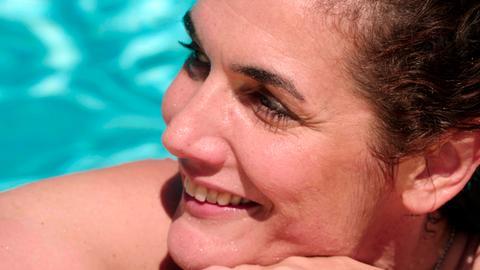 Anne im Schwimmbad.