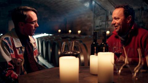 """Von links: Moderator Stuart Pigott und Winzer Rainer Schnaitmann vom Weingut """"Schnaitmann"""" im Gespräch bei Kerzenschein."""