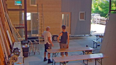 Christian Kienel (links) baut jedes Tiny House nach den Wünschen seines Kunden/Auftraggebers: Bauherr Matthias Eitel (rechts) entschied sich für eine Kombination aus Holz und Aluminium.