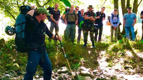 Marco Plaß, Wildnistrainer mit Workshopteilnehmern im Fluss