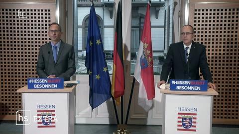 Sozialminister Kai Klose (Grüne) und Innenminister Peter Beuth (CDU) erklären auf einer Pressekonferenz die Impfstrategie in Hessen.