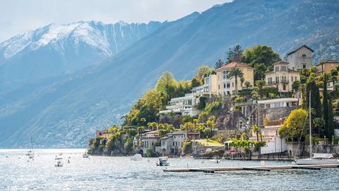 Blick auf eine malerische Ortschaft am Rande eines Sees