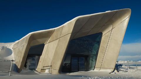 Bild eines architektonisch besonderen Gebäudes hoch in den Bergen
