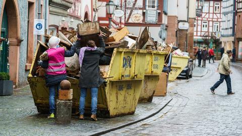 Zwei Frauen beladen einen Container in der Altstadt. Die Bewohner der historischen Altstadt beseitigen die immensen Hochwasserschäden an und in ihren Häusern. Alles was durch die Flut beschädigt wurde, kann in bereitgestellten Containern entsorgt werden.