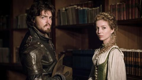 Athos (Tom Burke) ahnt, dass die Comtesse Ninon (Annabelle Wallis) in höchster Gefahr schwebt.
