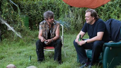 Andy (Charly Hübner, r.) und Ronny (Peter Schneider) sprechen sich aus.