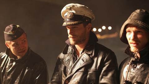 U-Boot-Kapitän Hartenstein (Ken Duken, Mitte) berät sich mit Bordingenieur Rostau (Matthias Koeberlin, li.) und dem ersten Offizier Mannesmann (Jacob Matschenz).