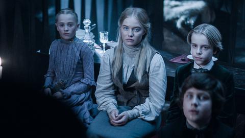 Joanne, Fanny, Tammo und Luciano erwarten die erste Ansprache des Conte.