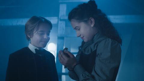 Tammo (Charlie Banks) und Alisa (Anastasia Martin) geben einem Vogel die Freiheit zurück.