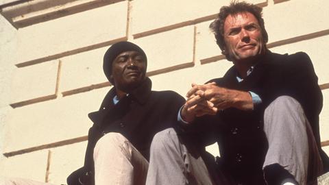 Morris (Clint Eastwood, re.) verschafft sich den Respekt von English (Paul Benjamin).
