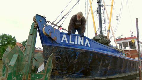 Fischer Jan Bruhns auf der Werft in Ostfriesland.