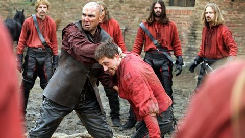 Der brutale Labarge (Vinnie Jones) zeigt den Männern der Roten Garde, wie man richtig kämpft.