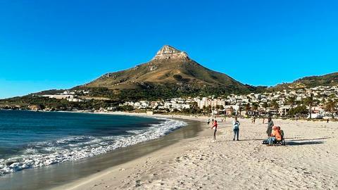 Leerer Strand von Camps Bay.