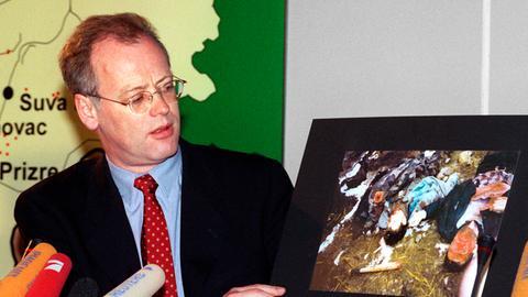 Schreckliche Bilder führten zum Kampfeinsatz: Verteidigungsminister Rudolf Scharping begründete die Beteiligung der Bundeswehr mit einem drohenden Völkermord.