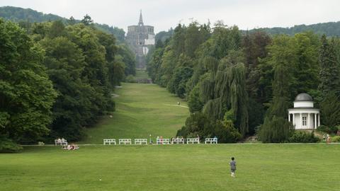 Weltkulturerbe Bergpark Wilhelmshöhe in Kassel: Weitblick vom Schloss zum Herkules-Monument.