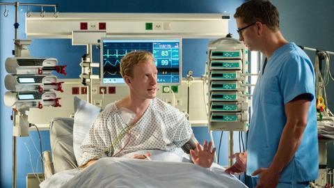 Paul (Jasper Diedrichsen, l.) erklärt Elias (Stefan Ruppe, r.), dass er nicht will, dass sein Bruder untersucht wird.