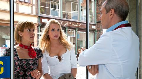 Klara (Wolke Hegenbarth, l.) und Laura Hummel (Maren Scheel, M.) machen sich auf den Weg zum Supermarkt, um Lauras Chef Olaf Tappe (Ulrich Hoppe, r.) auf den Zahn zu fühlen.