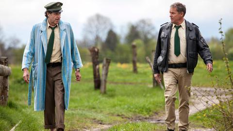 Hubert (Christian Tramitz, r.) und Staller (Helmfried von Lüttichau, l.) stellen die Flucht der toten Danila nach.